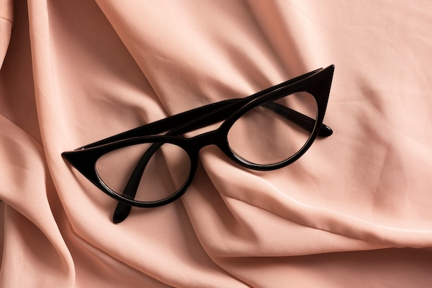 プラスチックフレームとレトロな光学メガネをクローズアップ