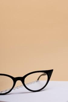 プラスチックフレームとクローズアップ眼鏡