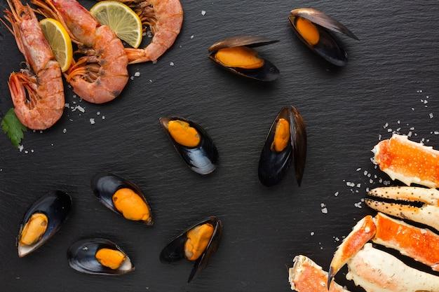 Вид сверху вкусные морепродукты на столе