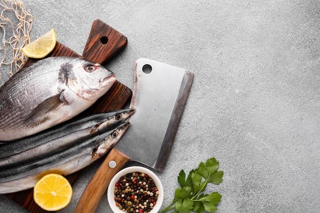平干しの新鮮な魚と調味料