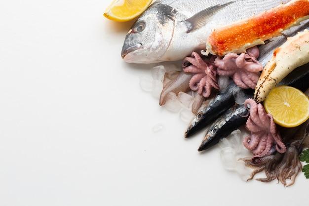 Вид сверху микс из морепродуктов с лимонами