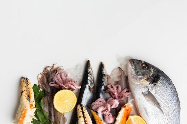 Вид сверху свежие морепродукты с лимоном