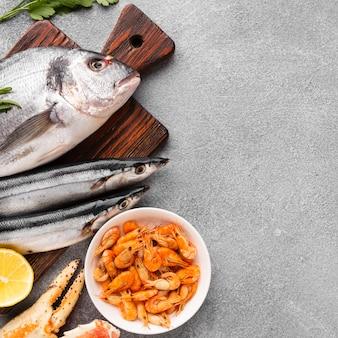 木製の底にクローズアップの新鮮な魚介類
