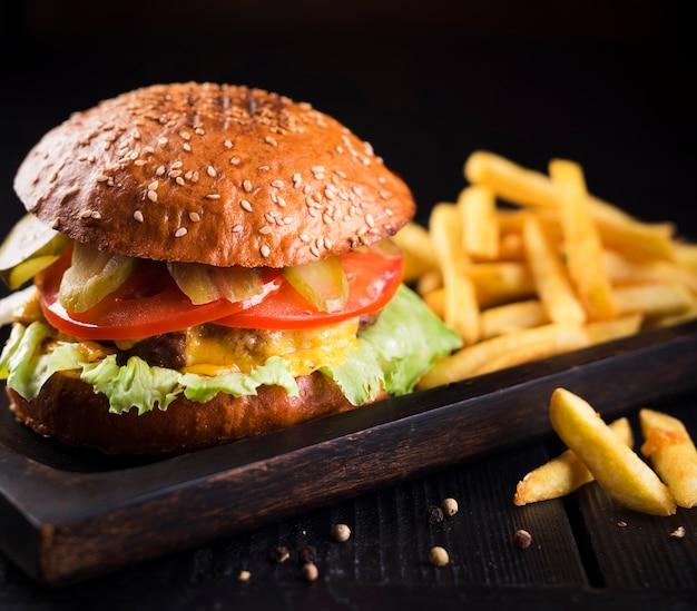ジャガイモと古典的なおいしいハンバーガー