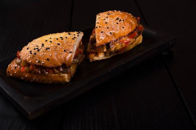 おいしいサンドイッチを半分にカットして提供する準備ができて