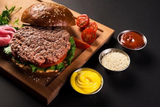 Вкусный бургер из говядины готов к употреблению