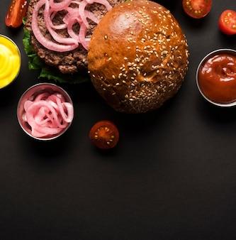 クローズアップおいしいハンバーガーを提供する準備ができて