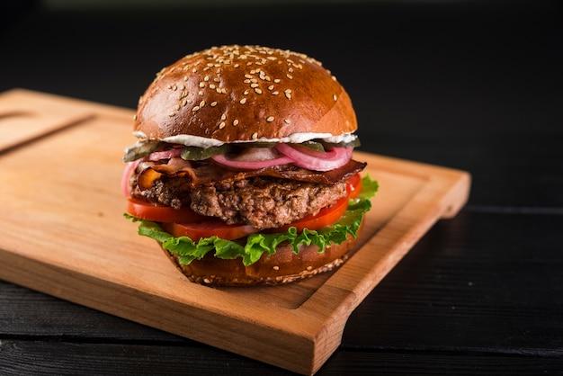 牛肉と古典的なアメリカのハンバーガー