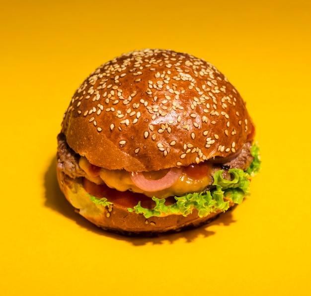レタスとクローズアップの古典的なハンバーガー
