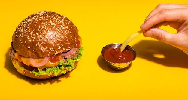 ケチャップソースがけのクラシックビーフバーガー