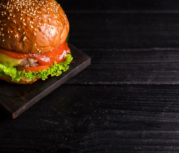 ケチャップとレタスのクローズアップの古典的なハンバーガー