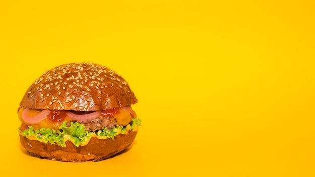 黄色の背景を持つ古典的なビーフバーガー