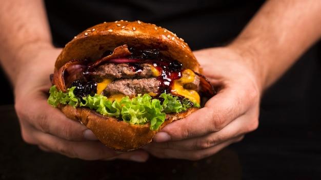 Вкусный двойной говяжий бургер с сыром