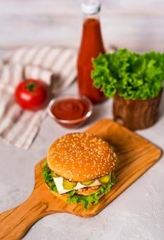 おいしいハンバーガーを提供する準備ができている高角