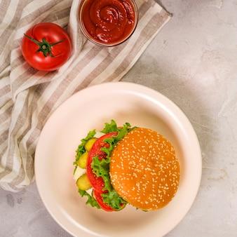 トップビューレタスとディップの古典的なハンバーガー