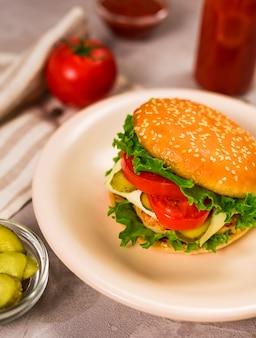 クローズアップの古典的なハンバーガーを提供する準備ができて