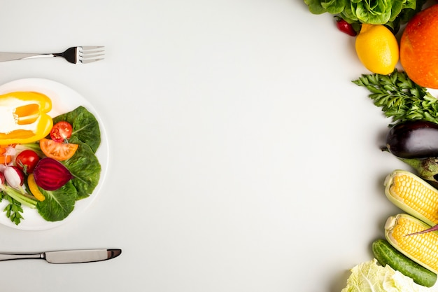 コピースペースプレート上の健康的な食事