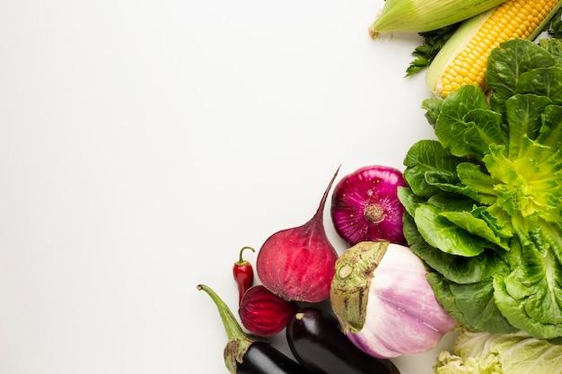コピースペースと白い背景の上の平面図カラフルな野菜