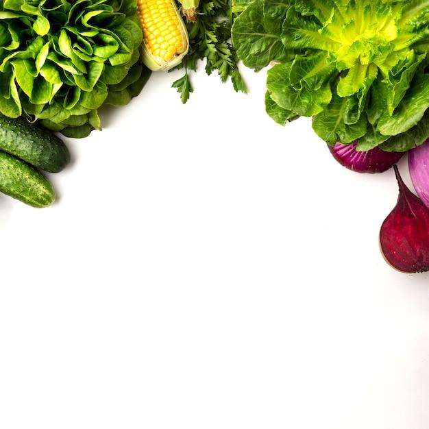 コピースペースと白い背景の上の野菜のフレーム