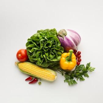 白い背景の上の健康的なライフスタイルの食事