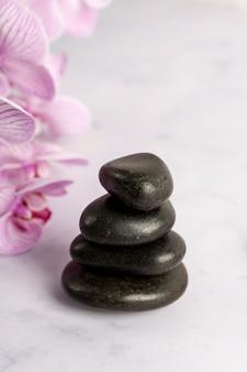 Высокий угол маленькие камни на мраморном столе