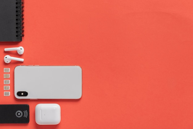 Плоский телефон с сим-картами рядом с ним
