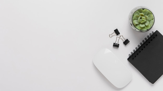 マウスとメモ帳を備えたトップビューデスク