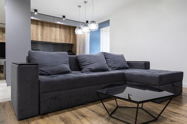 Современный дизайн гостиной с удобным диваном