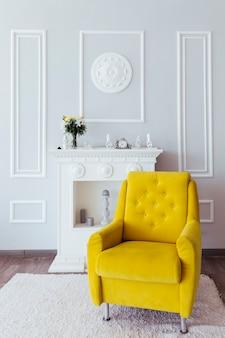 黄色のアームチェア付きのリビングルームのデザイン