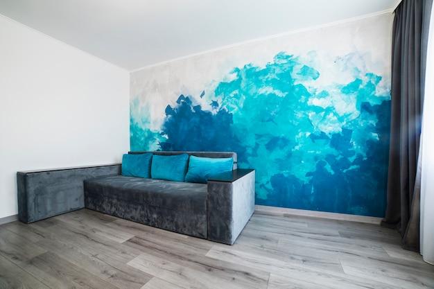 塗られた壁とモダンなリビングルーム