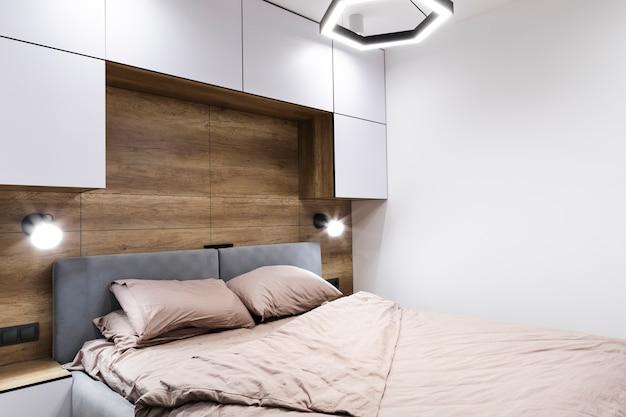 Современный дизайн спальни с деревянной стеной
