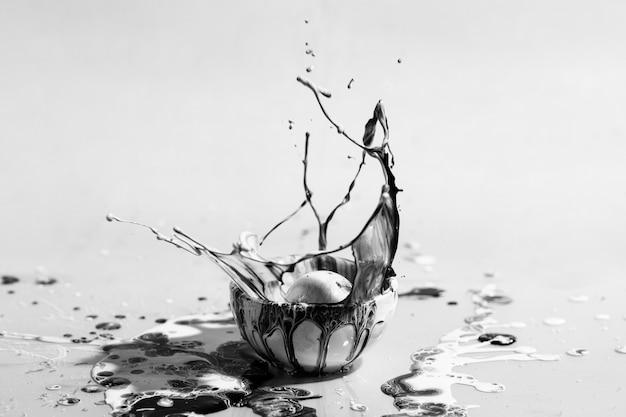 Нарисуйте в маленькой чашке оттенки серого