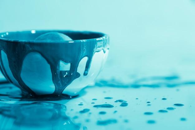 Украшение синей краской в миске