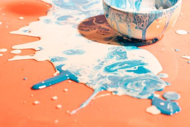 高角度の青と白の塗料混合物