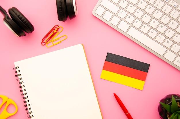 ドイツの旗と空のノートブック