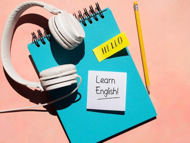 新しい言語の学習に使用されるヘッドフォン