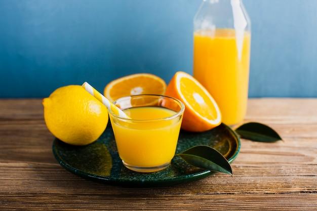 オレンジとレモンの天然ジュースのトレイ