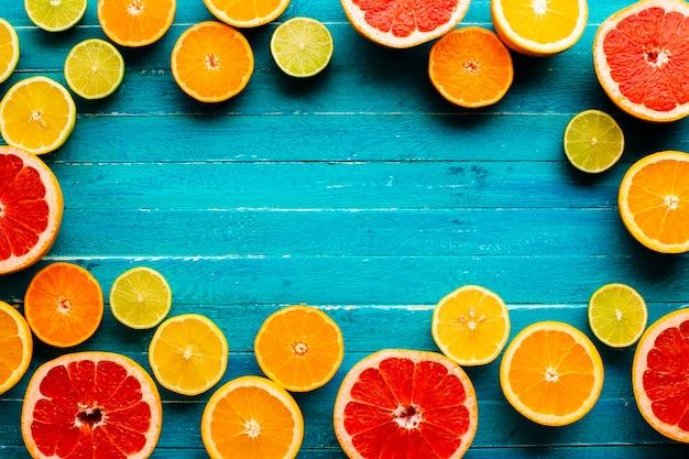 コピースペースを持つテーブルの柑橘類で作られたフレーム