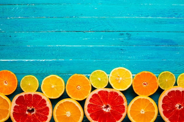 テーブル上の混合柑橘類のコピースペース
