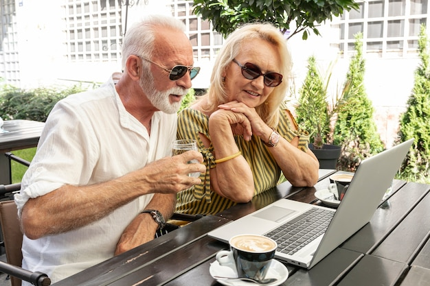 ノートパソコンを見て老夫婦