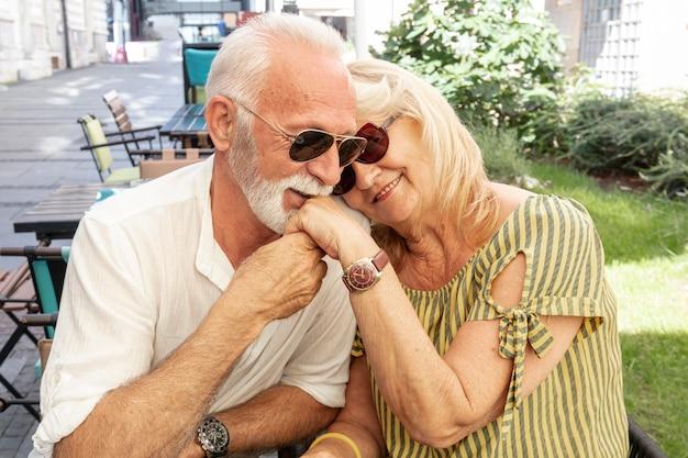 幸せな老人が女性の手にキス