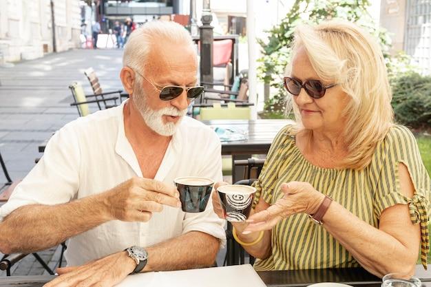 一緒にコーヒーを飲んで幸せなカップル