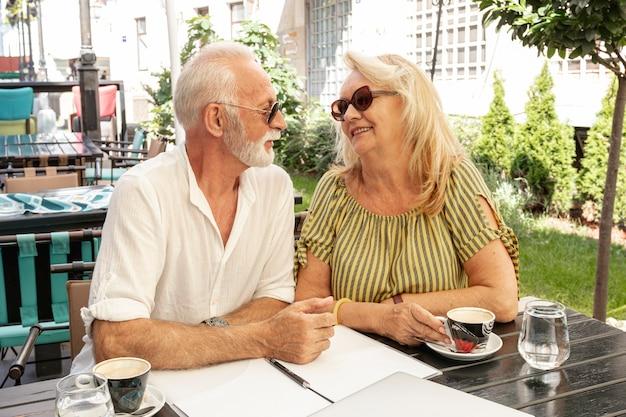 笑顔でお互いを見ている老夫婦