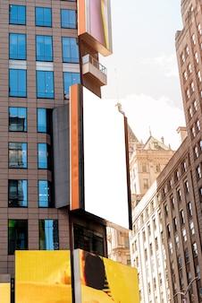 Макет рекламного щита в городской пейзаж