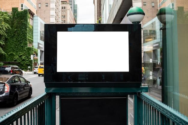 地下鉄入り口の上のモックアップ看板