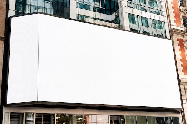 都市の建物に大きなモックアップ看板
