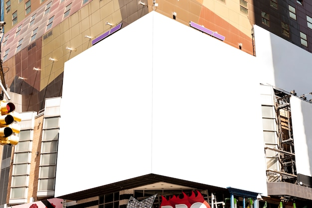 都市の建物のモックアップ看板