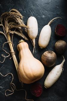 Свежая тыква в окружении овощей