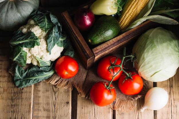 秋の野菜アレンジメントのトップビューショット