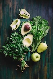 健康的な軽食のためのおいしい緑の品揃え